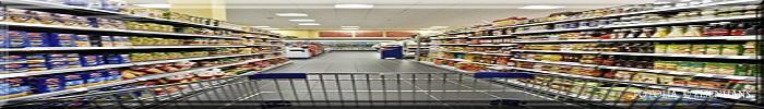 Lebensmittel-Supermarkt mit Regalen und einem Einkaufswagen