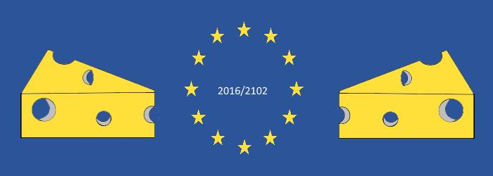 Die EU-Flagge mit der Beschriftung 2016/2102; rechts und links befindet sich jeweils ein löchriger Käse